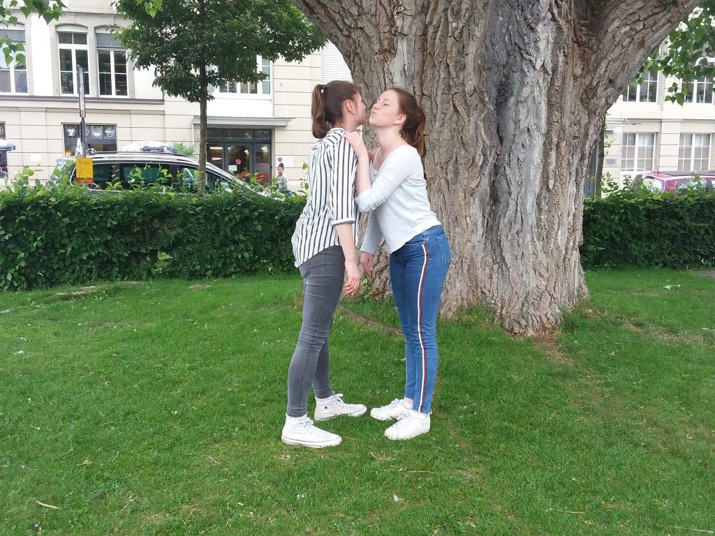 Kuss auf die wange verabschiedung